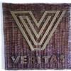 Veritas -logo. Veritas -vakuutusyhtiö tilasi minulta logonsa pajusta taivutettuna. Muutamista alustavista luonnoksistani asiakas valitsi parhaimman. Iso pohjalevy on tehty ristipunonnalla. Kirjaimet ja logo on tehty vihreästä pajusta yksipajuisella punonnalla. Korkeus 100 cm, leveys 110 cm Omistaja: Veritas Oy